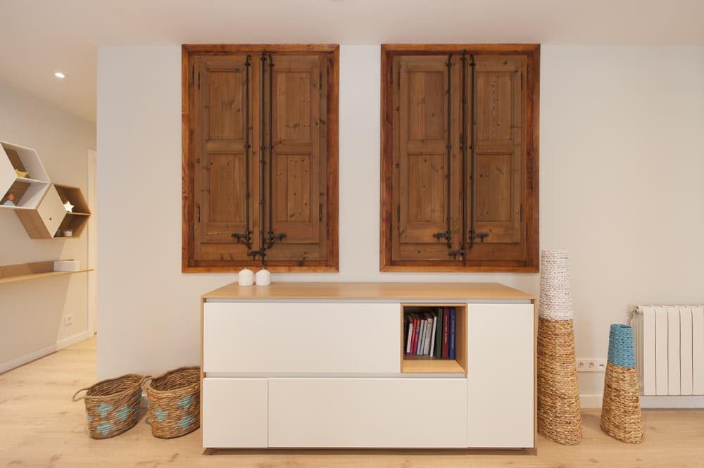 Mueble aparador de salón de Mobenia. Ventanas restauradas. Sincro