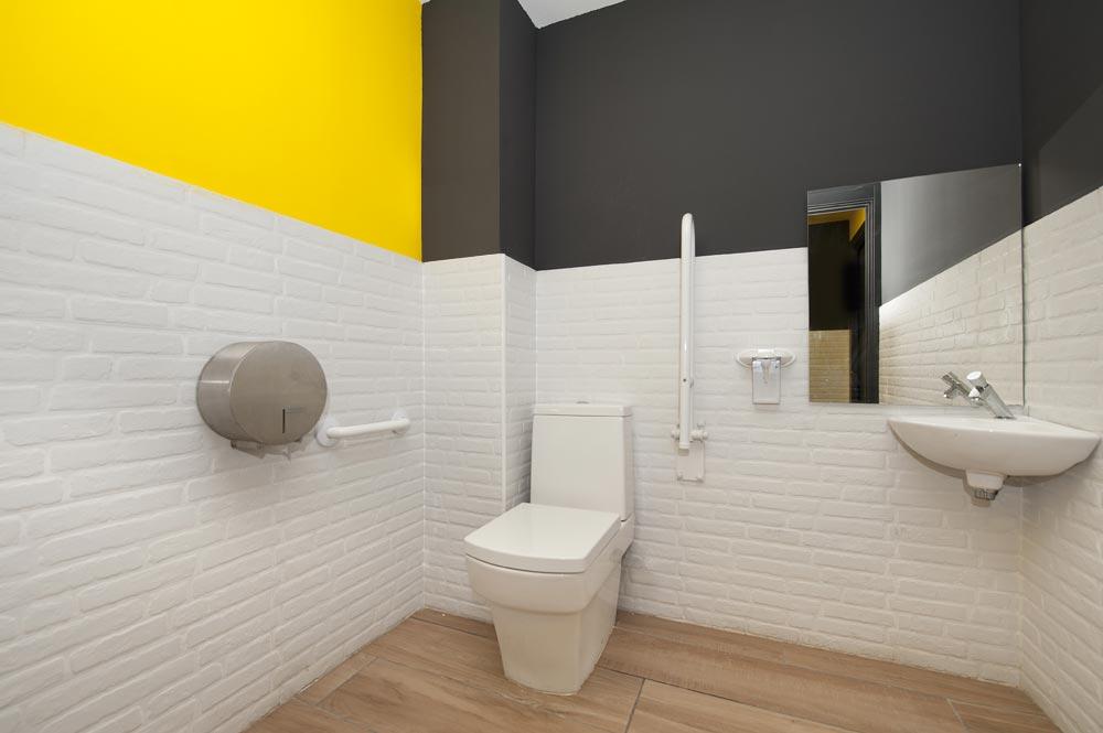 diseño de baños para minusvalidos color negro, amarillo y blanco
