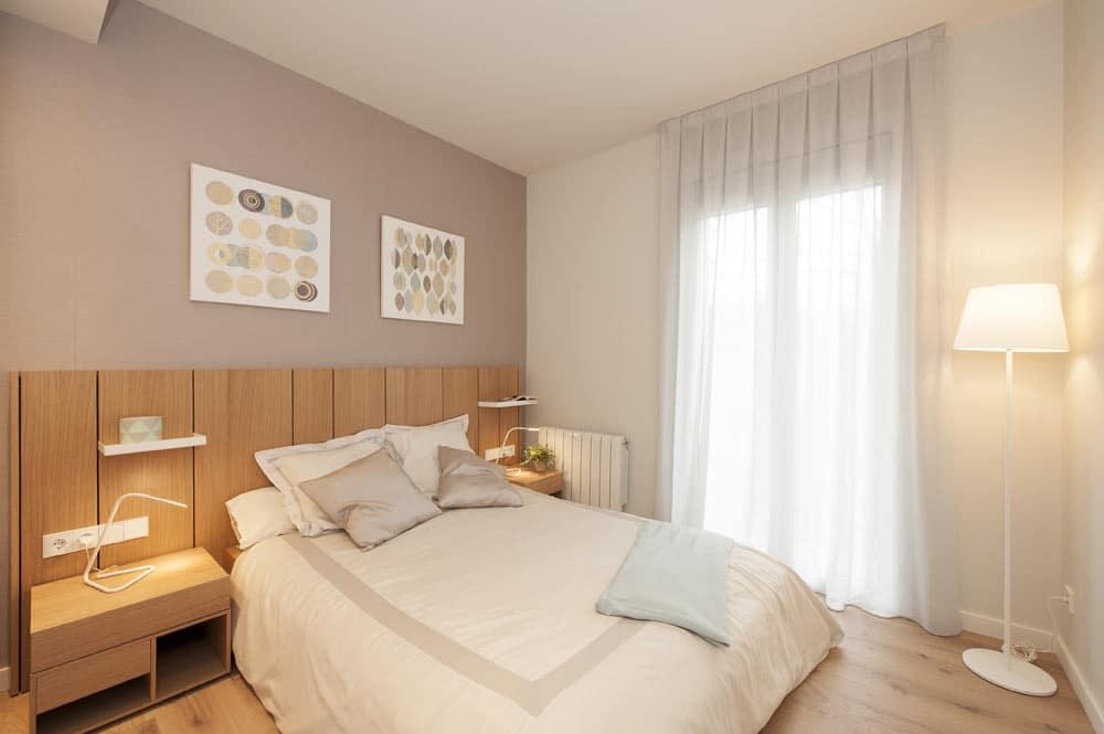 Dormitorio mediano en color gris, blanco y madera. Diseño y ejecución por Sincro.