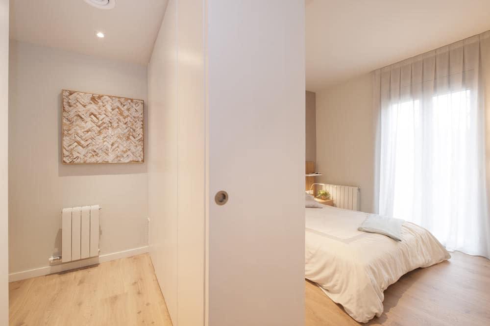 Vestidor del dormitorio principal. Armario de separador y puerta corredera. Sincro