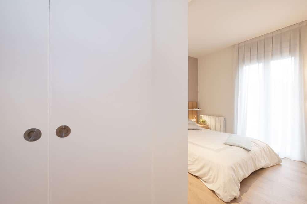 Puerta corredera vestidor en blanco. DM lacada