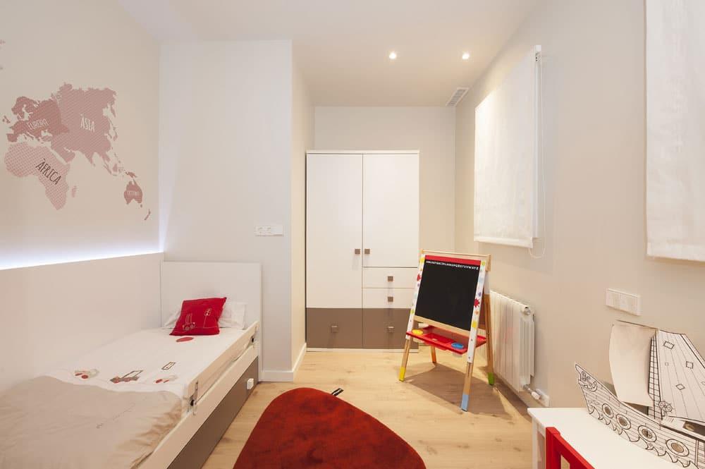 Habitación infantil en blanco y toques rojos para niño. Reforma de piso Sincro.