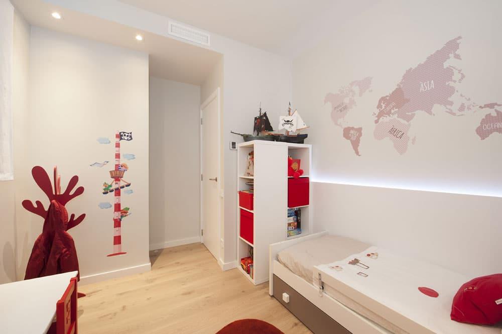 Dormitorio infantil con vinilo del mapa del mundo. Sincro