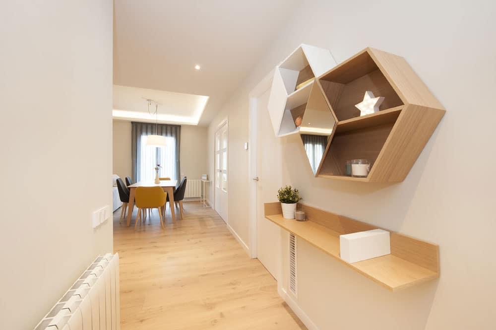 Mueble del recibidor de madera en forma hexagonal de Mobenia. Sincro reformas
