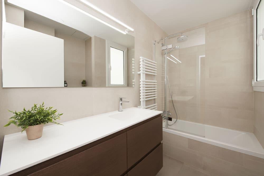 Mueble lavabo integrado en color marrón oscuro. Reformas de baños Sincro.