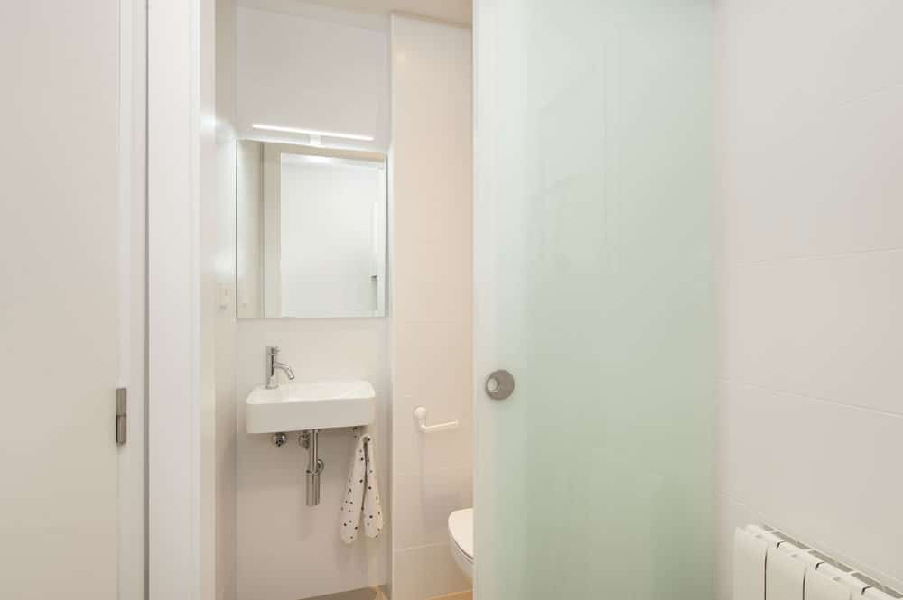 Bany amb porta de vidre translúcid - reforma Sincro