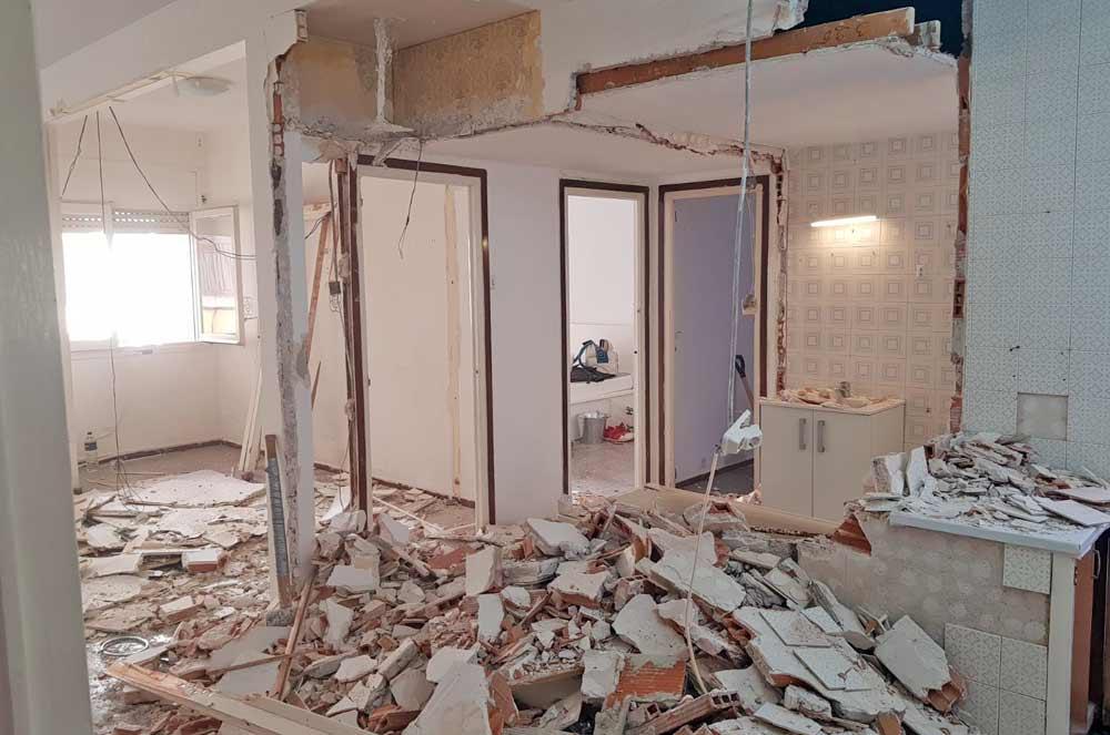 Escombros en de los derribos de una reforma de piso - Sincro