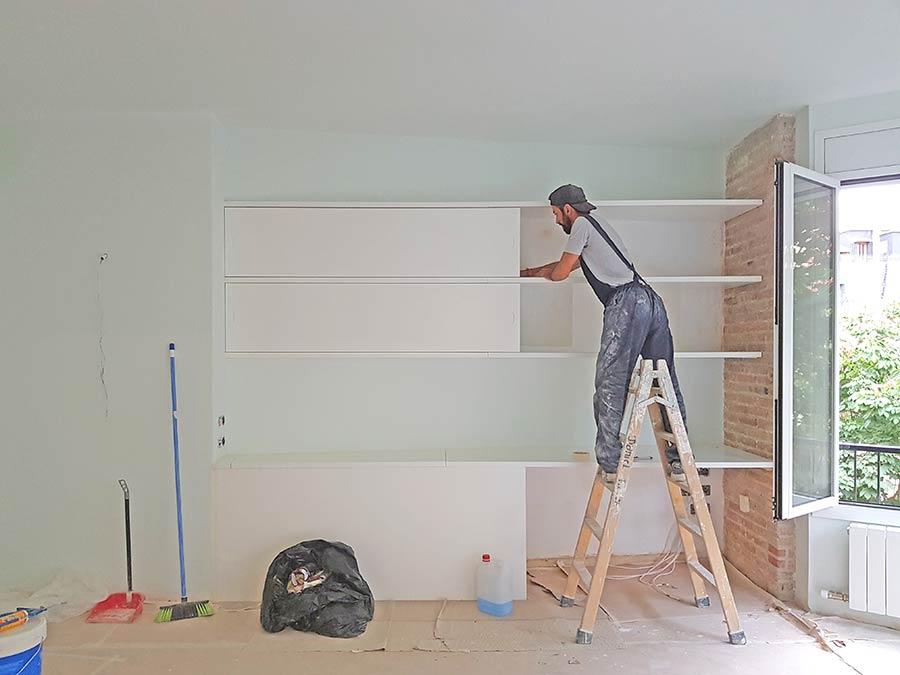 Trabajos de carpintería en una reforma de piso. Montaje de estanterías.