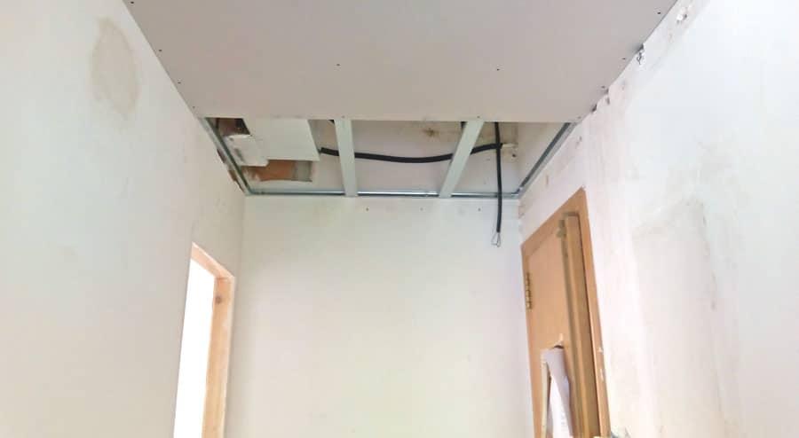 Conducte d'aire condicionat ocult el fals sostre. Obres sincro.