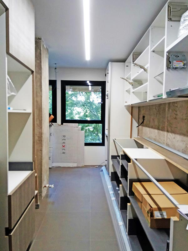Montaje de equipos en una cocina reformada. Mobiliario y electrodomésticos.