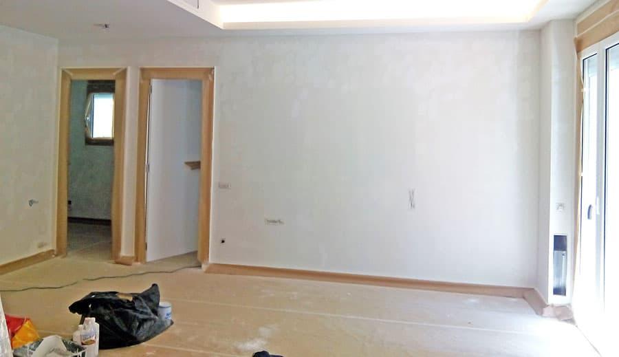 Protecciones en marcos de puerta y suelo para no manchar de pintura.