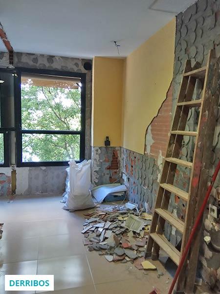 Trabajo de derribos en una reforma de cocina en Barcelona - Sincro
