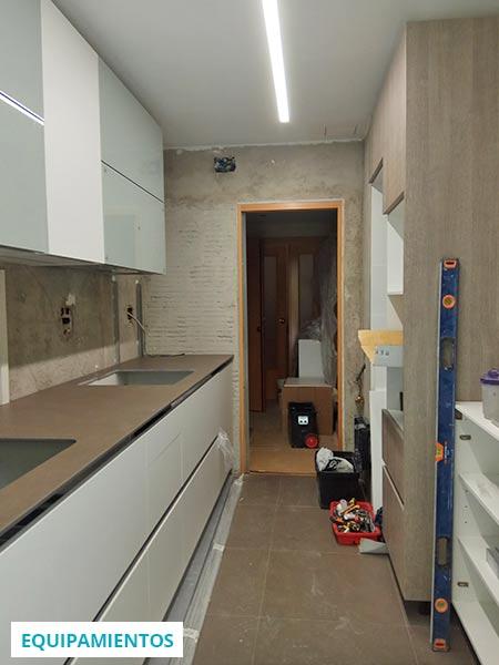 Montaje del mobiliario de cocina durante la obra de una reforma