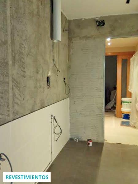 Fase de revestimientos de paredes y suelos de cocina