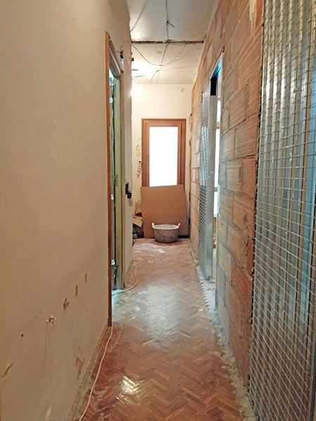 Instalación casonetos puertas correderas ocultas en el pasillo. Reforma Sincro en Barcelona.
