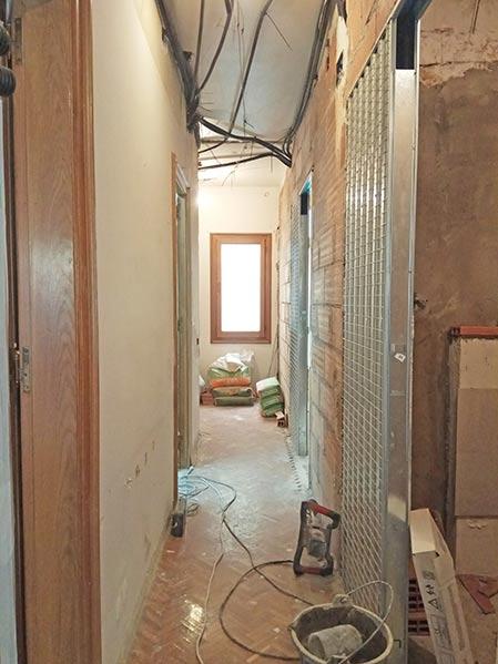 Instalación puerta corredera metálica en pared de ladrillo. Obra de reforma Sincro.