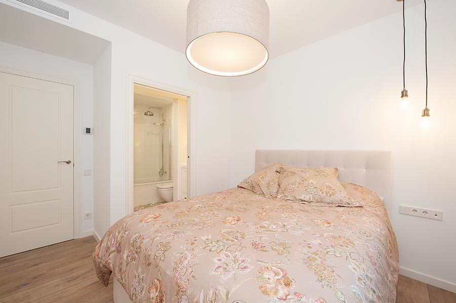 Puerta corredera abierta baño dormitorio tipo suite
