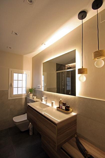 Llum ambiental darrere mirall del bany. Reforma de bany Sincro.