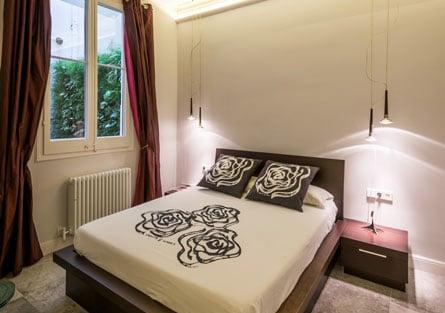 Iluminación puntual o focal en la mesilla de noche del dormitorio. Proyecto de reforma Sincro.