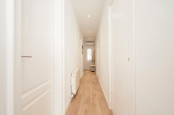 Il·luminació general al passadís a través de lluminàries de sostre. Reforma de pis Sincro.