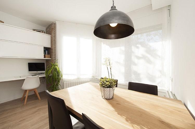 Finestra que permet l'entrada de llum natural al menjador saló.