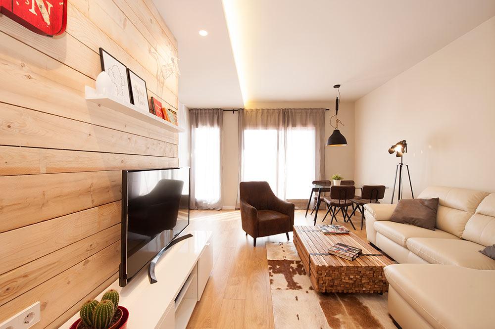 Zona de televisión con revestimiento tablones de madera