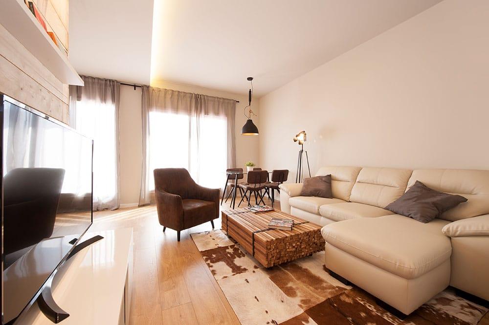 Sala de estar de estilo semi industrial. Mobiliario Kavehome.