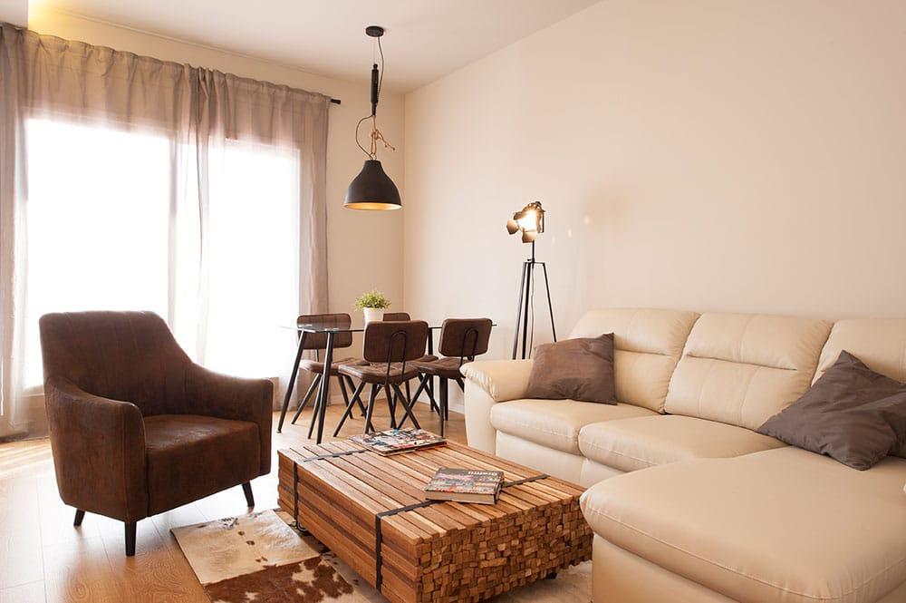 Salón equipado con mobiliario de Kavehome y La Forma.