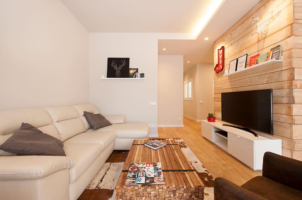 Zona de la televisión en sala de estar piso de aldulto joven.