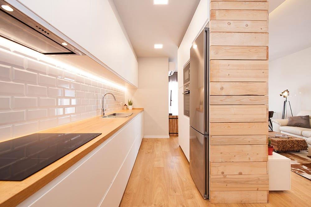 Parquet laminat instal·lat en una cuina oberta a la saló menjador.