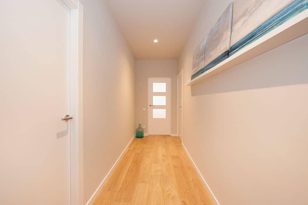 Puerta pasillo de madera con cuarterones de cristal translucido