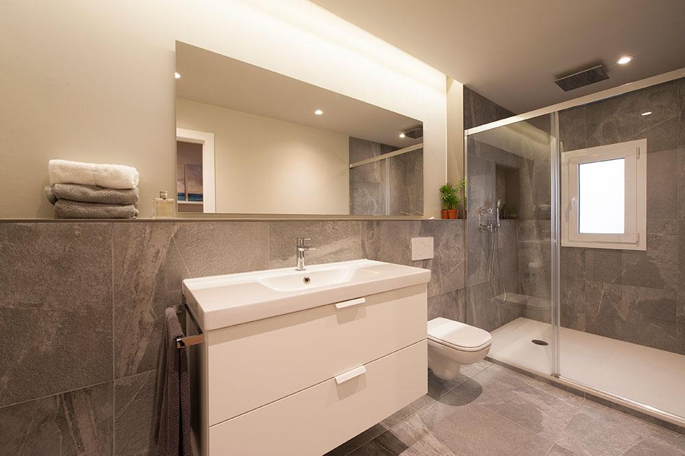 Foseado con tira LED en una de las paredes del baño - Diseño Sincro