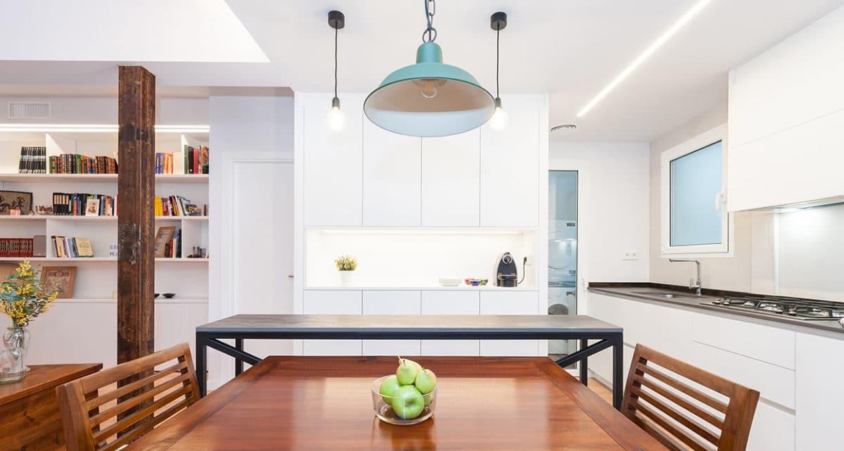 Menjador cuina amb llums penjants.