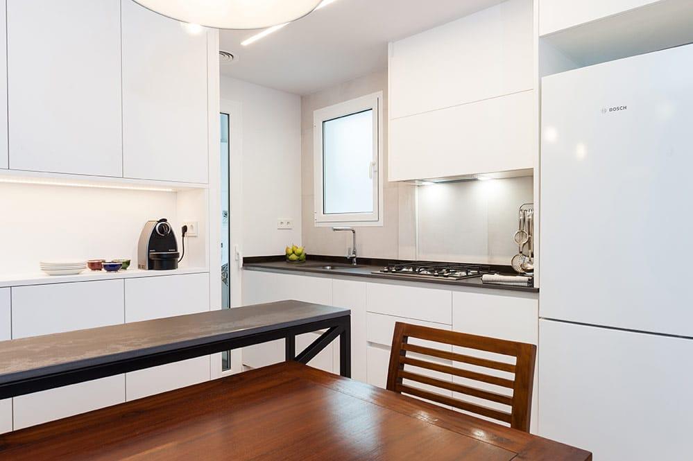 Mobiliari de cuina modern i de color blanc.