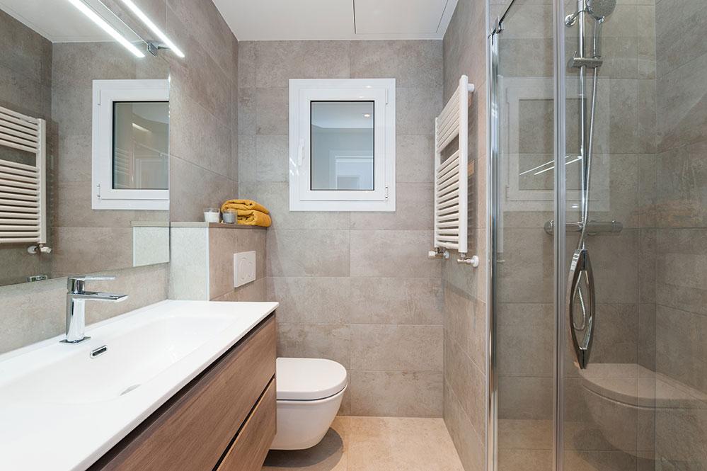 Bany modern en gris reformat per Sincro