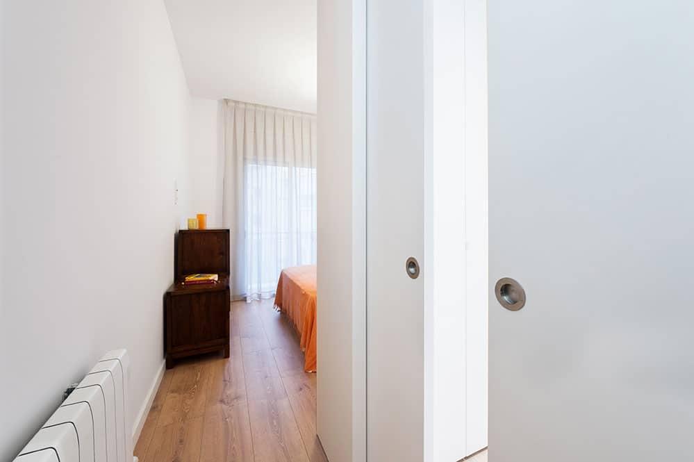 Porta corredissa de dues fulles en el vestidor.