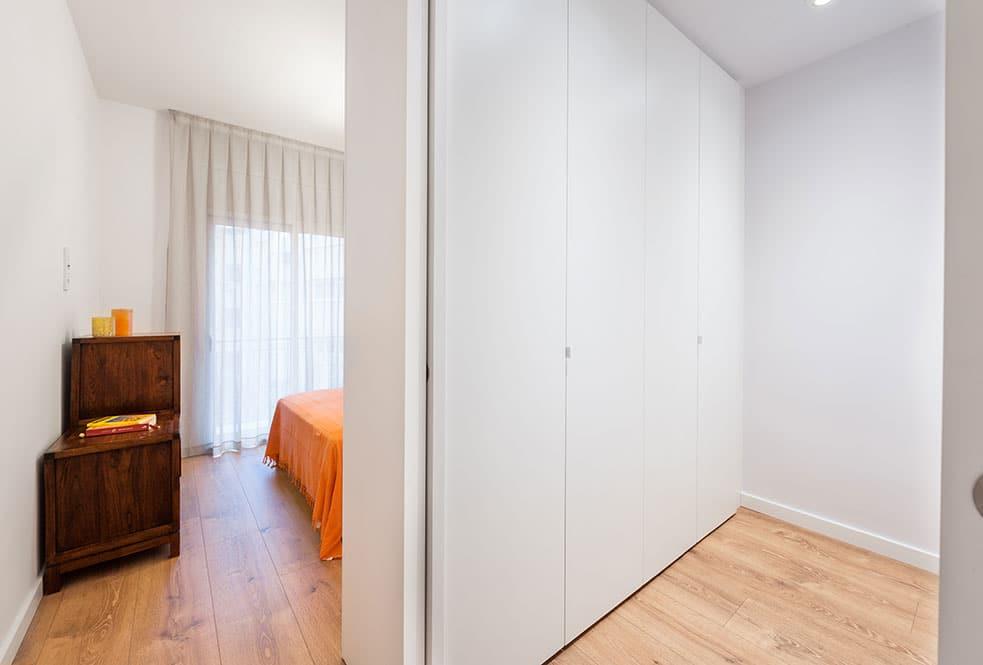Dormitori principal amb vestidor tancat amb porta corredissa