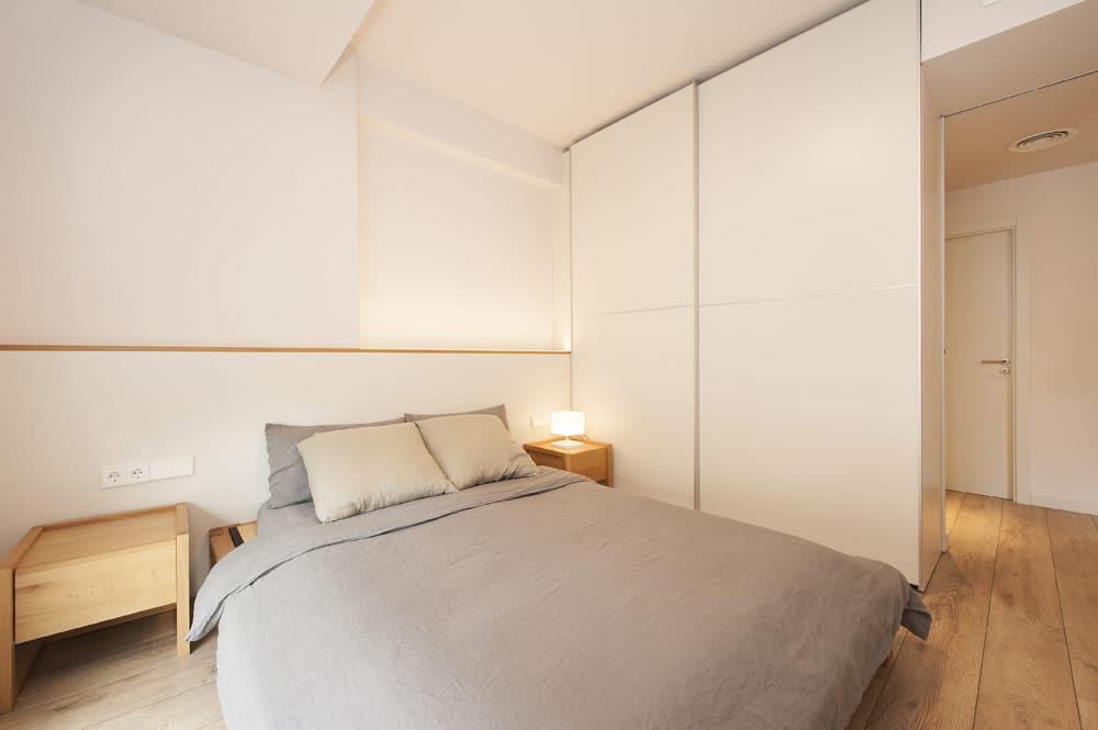 Cabecera de cama y armario lacado en blanco.