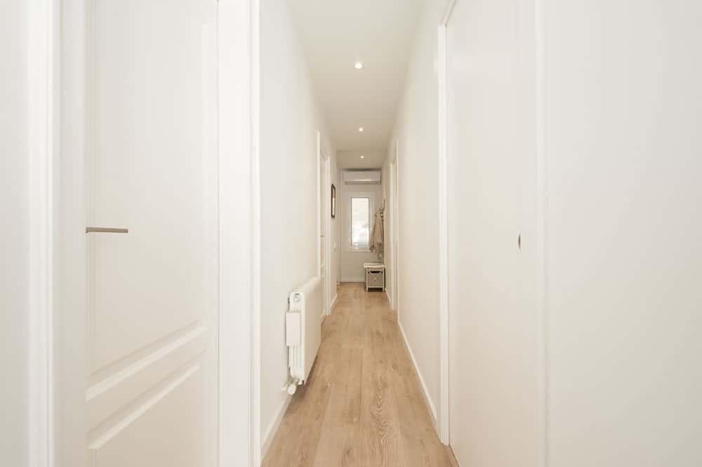 Puertas lacadas de color blanco. Pasillo de un piso reformado-