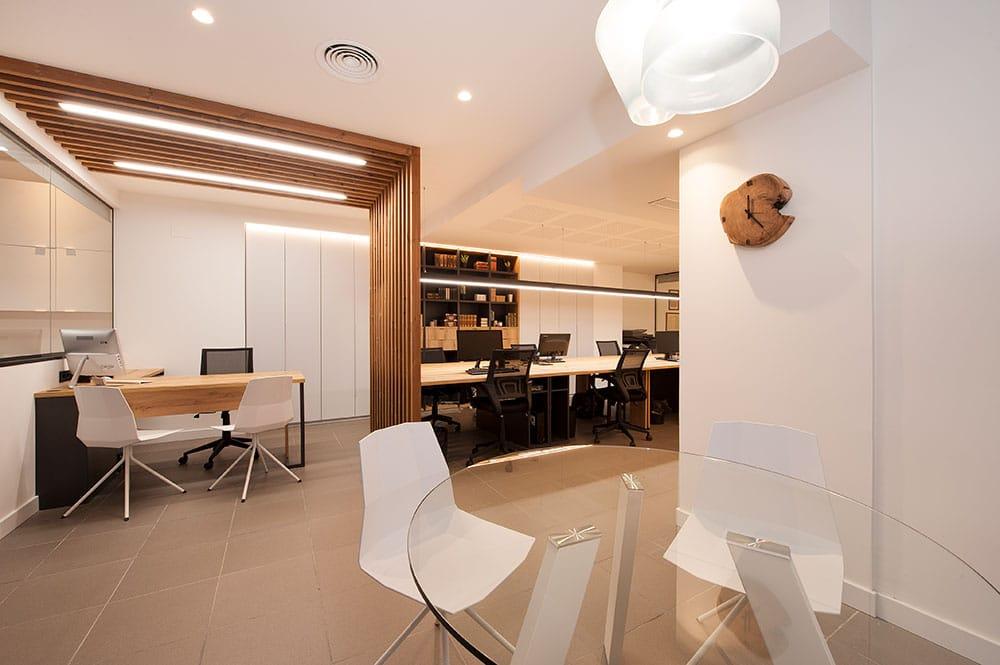 Ambientes diferentes en la oficina Fincas Blanco. Estilo nórdico.