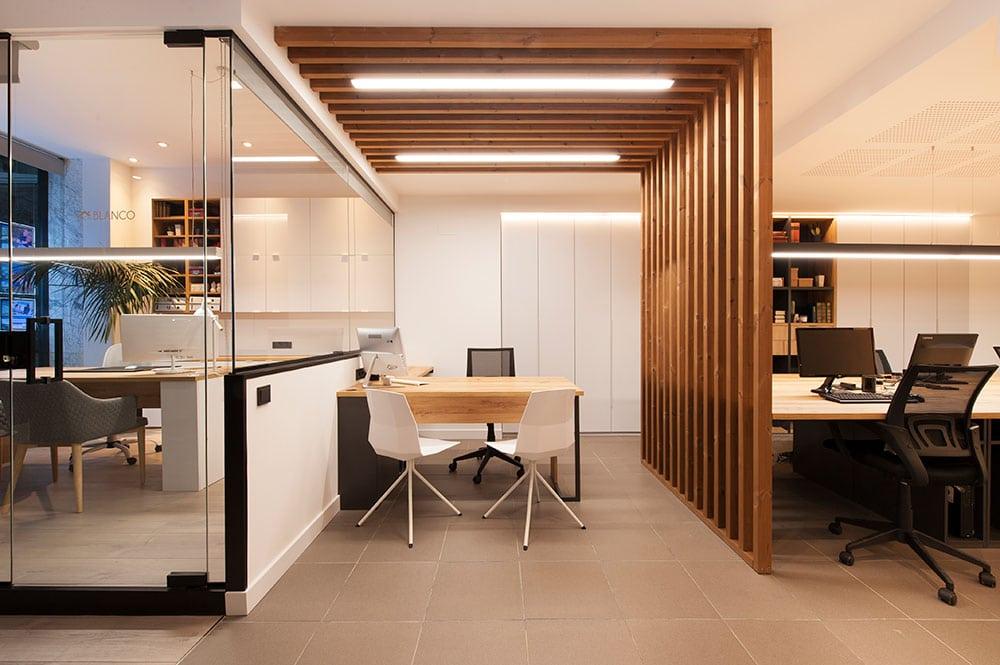 Estructura de listones madera (Gabarró) para separar ambientes oficina.
