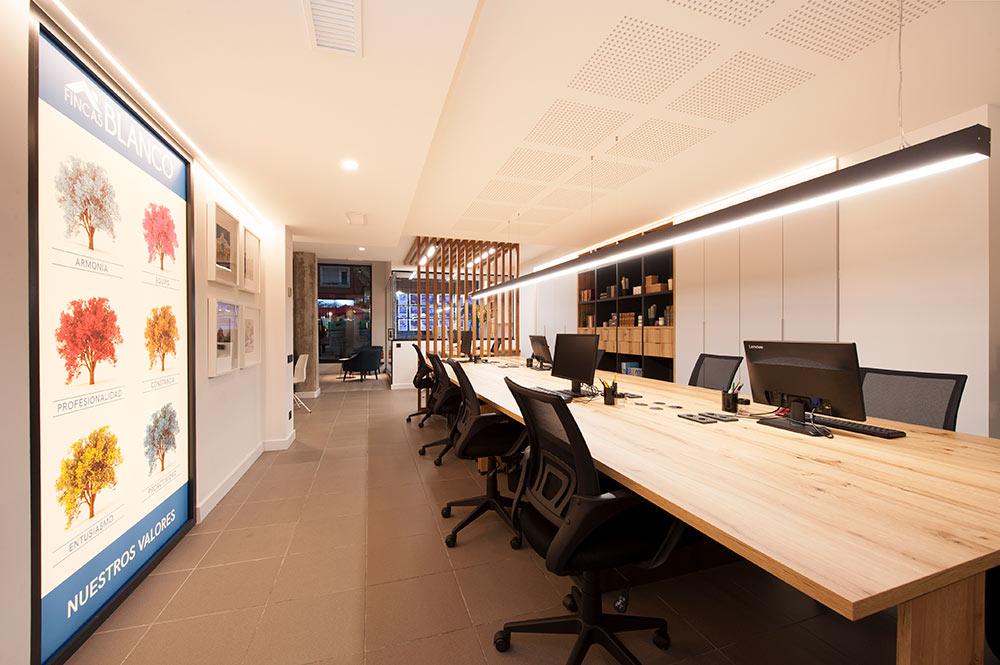 Mesa grande de madera en oficina. Proyecto interiorismo Sincro.
