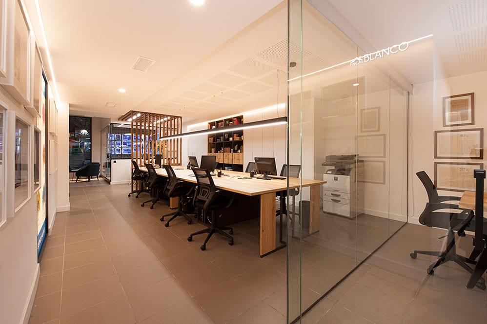 Zona de mesas oficina Fincas Blanco.