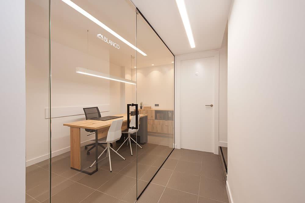 Despacho de la oficina inmobiliaria Fincas Blanco. Diseño interior Sincro.