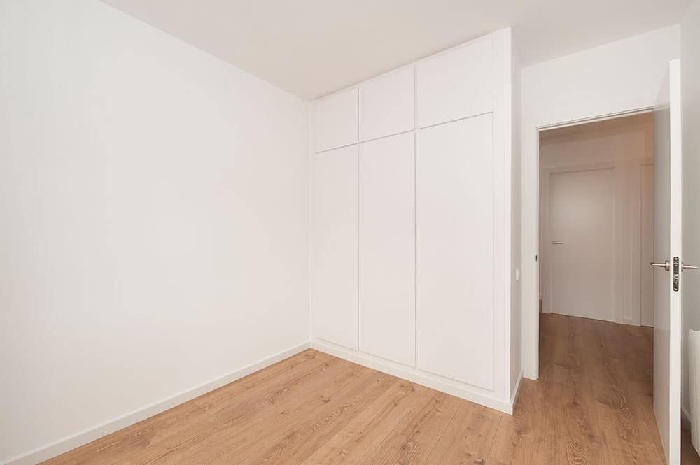 Dormitorio reformado sin mobiliario. Sincro