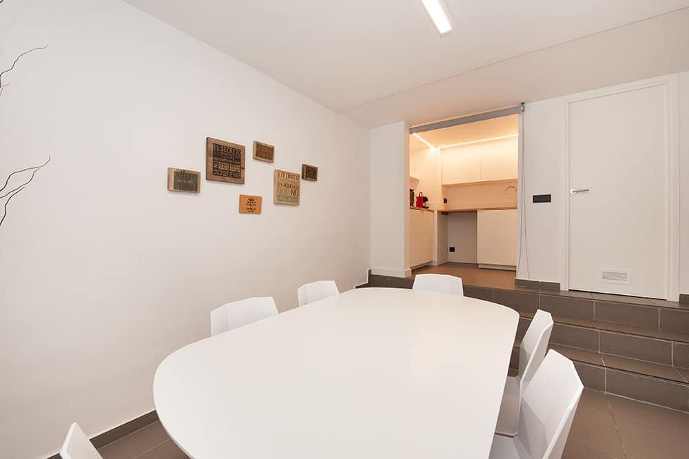 Cocina y zona de comedor en oficina