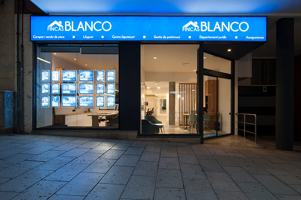 Fachada exterior de la inmobiliaría fincas Blanco en Cornellá de Llobregat. Cartel luminoso.