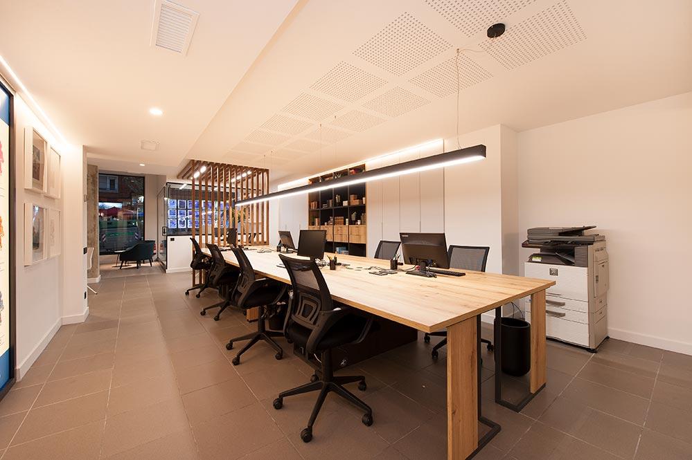 Oficina con una mesa muy grande