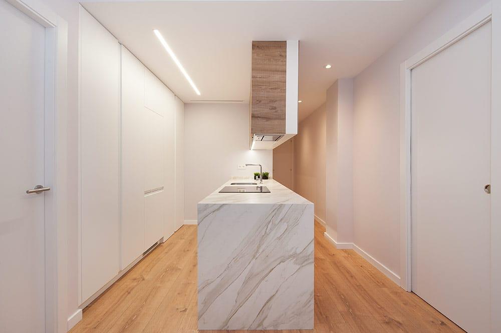 Cocina con mármol blanco y madera