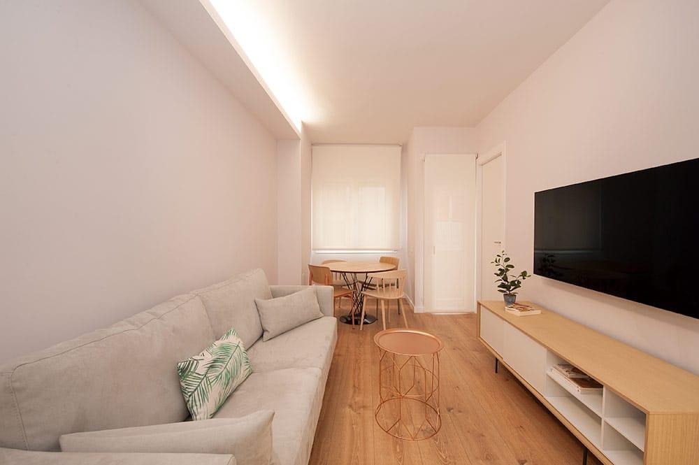 Mobiliario de sala de estar de estilo escandinavo nórdico. Color gris y madera